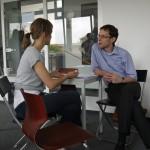 Daniela Praß im Feedback-Gespräch mit Dr. Frank Pankotsch
