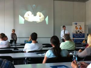 Daniel Senf  von der Fremdsprachen-Akademie Dresden klärte die Teilnehmer über Verhaltensregeln im internationalen Geschäft auf