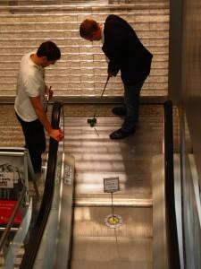 Bürogolf an der Rolltreppe
