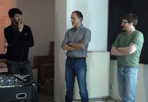 Lars Schmieder (l.) und Paul Offermann (r.) von Paulsberg reden mit Mirko Filler (Mitte) von CarboLife über ihre Kooperationen.