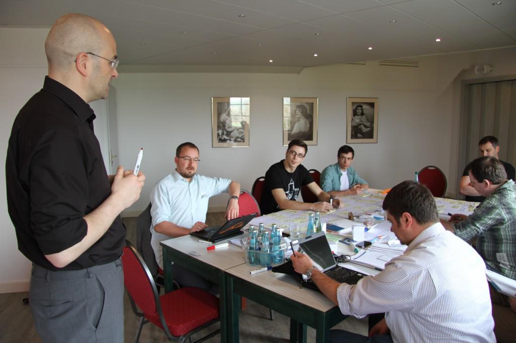 Gründer holen sich bei Sven Richter Anweisungen für den nächsten Arbeitsschritt im Workshop