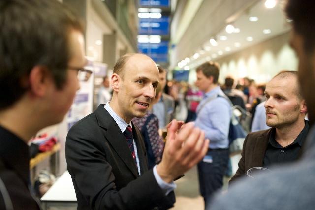 Peter Leibinger im Gespräch mit Gründern (Foto: Robert Gebler)