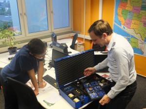 Ronny Timmreck zeigte uns die verschiedenen Experimentier-Kits. (Foto: dresden|exists)