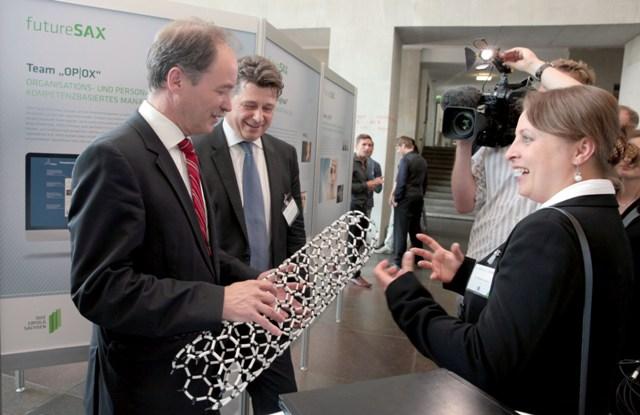Wirtschiftsminister Morol lässt sich von Dr. Yevgeniya Bezugla von ProNT ihr Idee erklären. (Foto: Matthias Schumann)