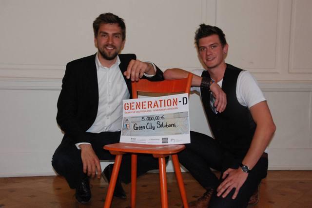 Denes Honus und Peter Sänger (v.li.) freuen sich über den Preis für Green City Solution. (Foto: Generation-D)