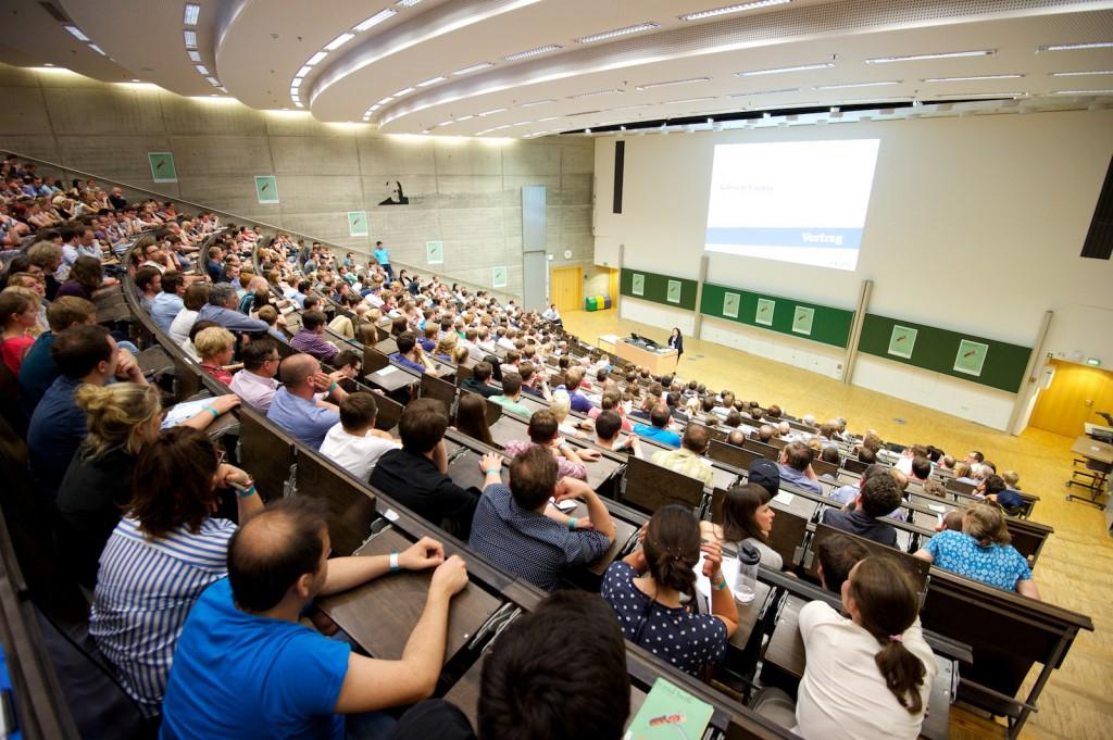 Fast 500 Besucher verfolgten gespannt den Vortrag von Gabriele Fischer. Foto: Robert Gebler