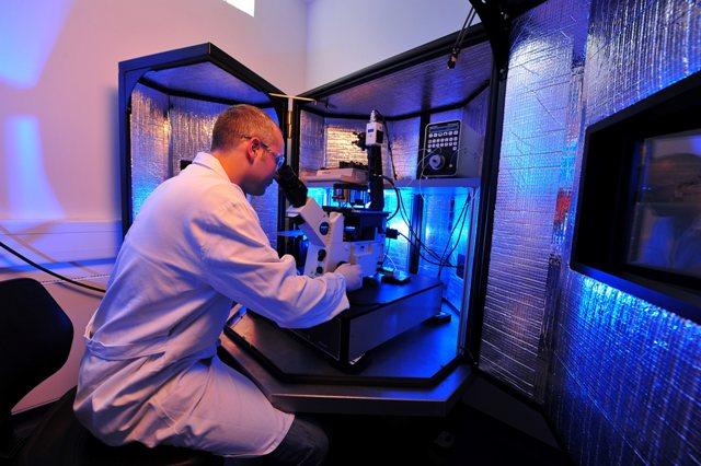 Am Rasterkraftmikroskop untersucht Biotechnologe Dr. Tobias Günther die Mikrostruktur von Kunststoffoberflächen. (Foto: KfW/Toelle)
