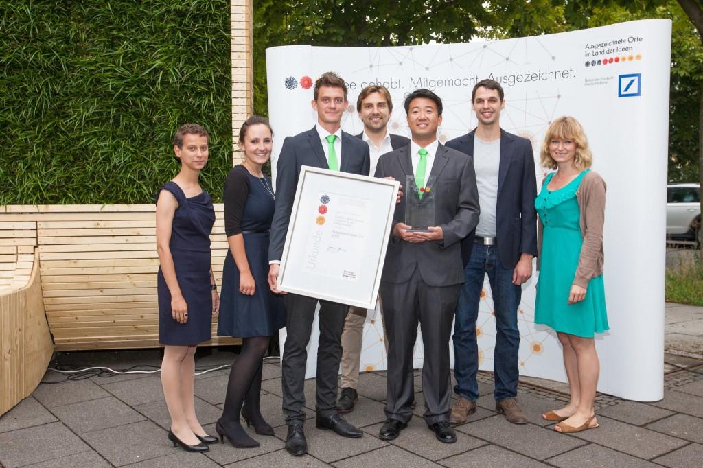 """Das Team von Green City Solutions bei der Preisverleihung """"Ausgezeichnete Orte im Land der Ideen"""". (Foto: Deutschland – Land der Ideen/ Willem gr. Darrelman)"""