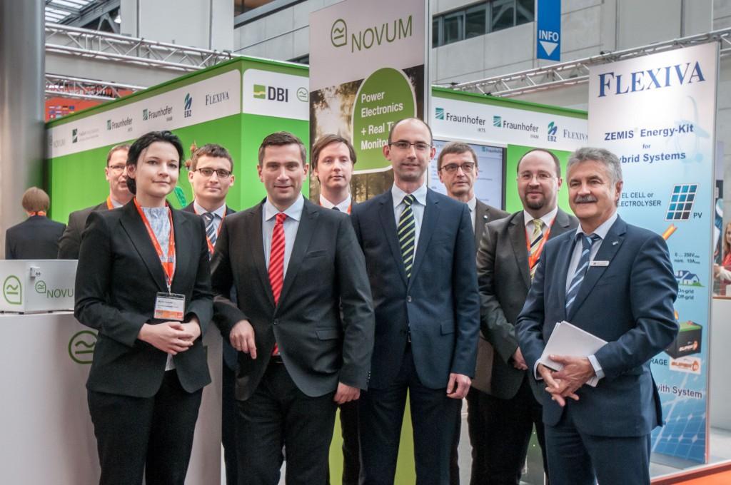 Das Team von Novum mit dem Sächsischen Wirtschaftsminister Martin Duhlig auf der Hannover Messe (Foto: Marek Bruns)
