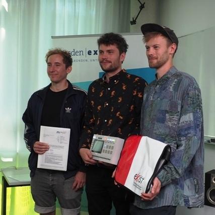 Das Gründerteam NEUBAU bei der Übergabe des Stipendium (v.li.): Joshua Peschke, Clemens Schmiegel, Thomas Meerpohl (Foto: Frauke Posselt, dresden|exists)