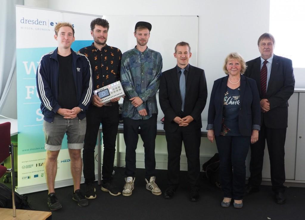 Die drei Gründer mit Mentor Prof. Raimund Dachselt, Marion Glowik und Prof. Gerhard Rödel (v.li.). (Foto: Frauke Posselt)