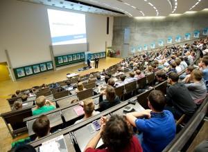 Die Besucher lauschen im gut gefüllten Hörsaal gespannt den Vorträgen.