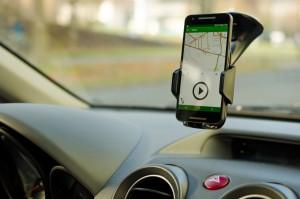 Cyface-App in Halterung im Auto