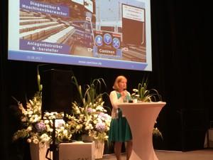 Luise Fiedler präsentiert Conimon auf der Showbühne