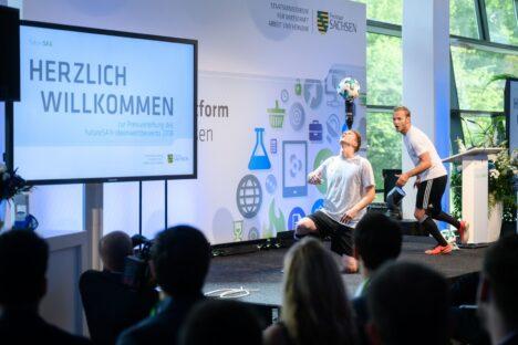 Bühnenprogramm mit zwei Fußballakrobaten