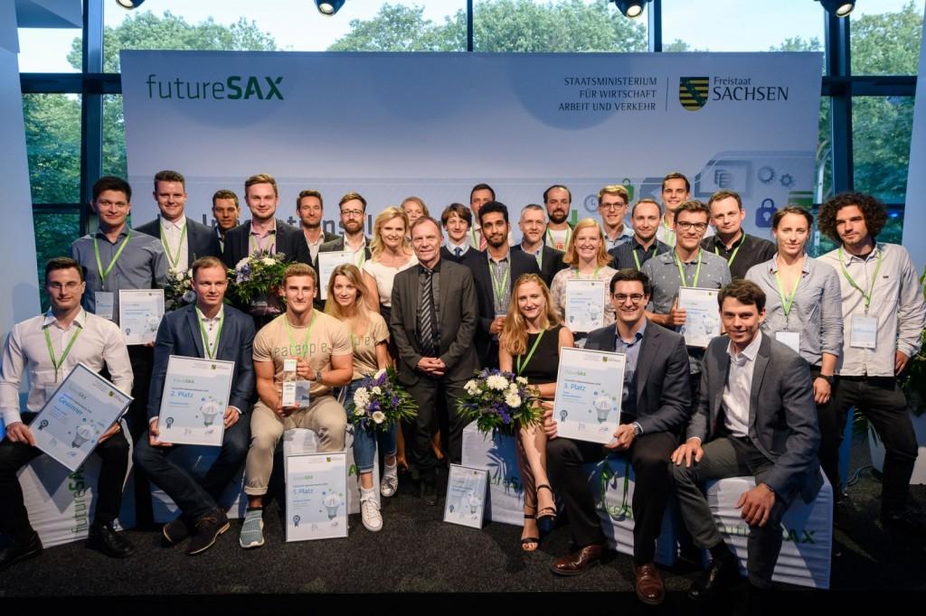 Die vier ausgezeichneten Teams des Abends gemeinsam mit Conimon, den erstplatzierten des letzten Ideenwettbewerbs, sowie Marina Heimann (futureSAX) und Staatssekretär Dr. Hartmut Mangold.