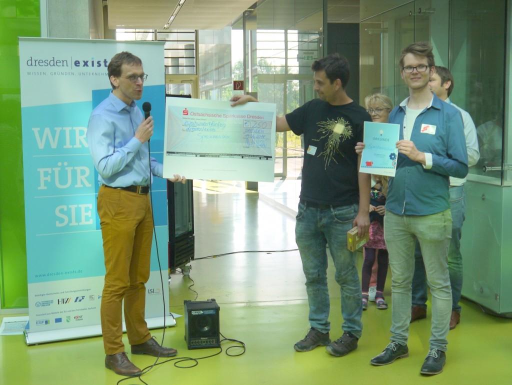 Lars Engeln (rechts) und Falk Gabriel (Mitte) freuen sich über ihren verdienten Scheck und die Urkunde.