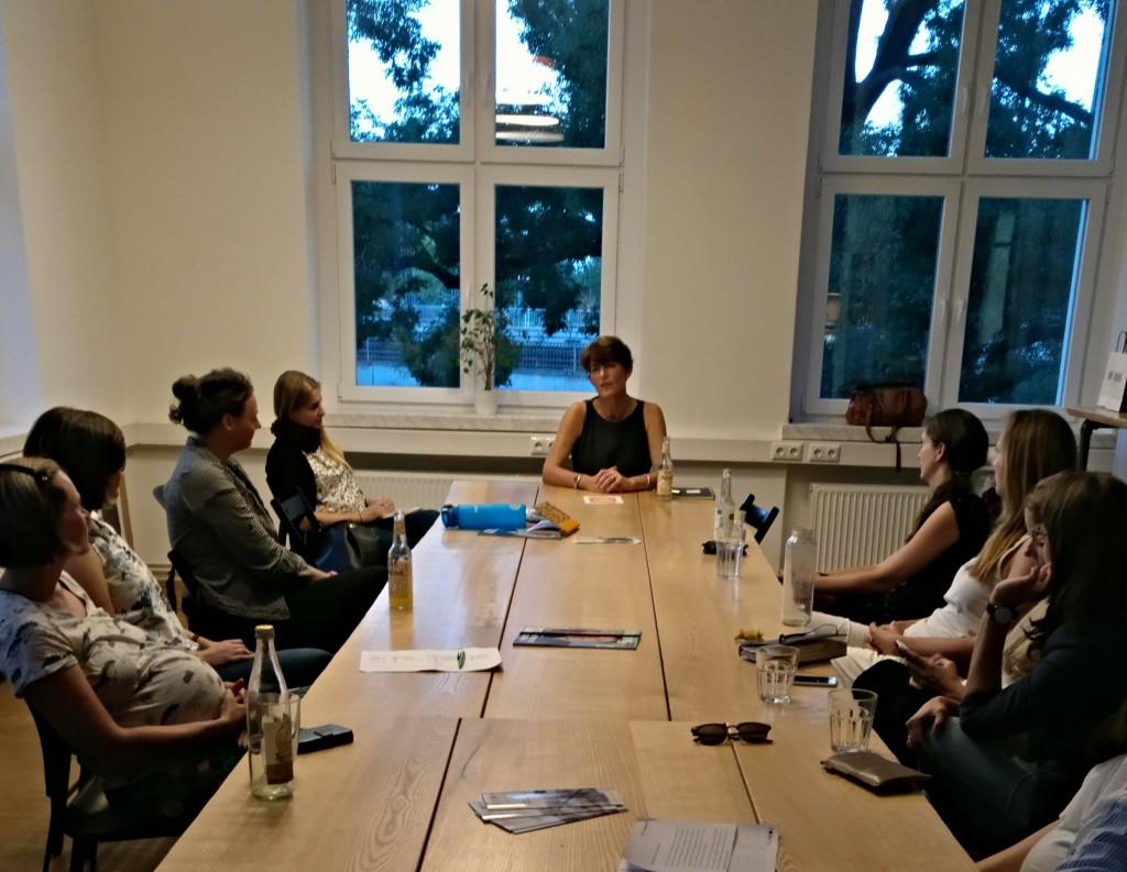 Judith Faller-Moog im Gespräch mit den Beginnerinnen (Foto: dresden|exists)