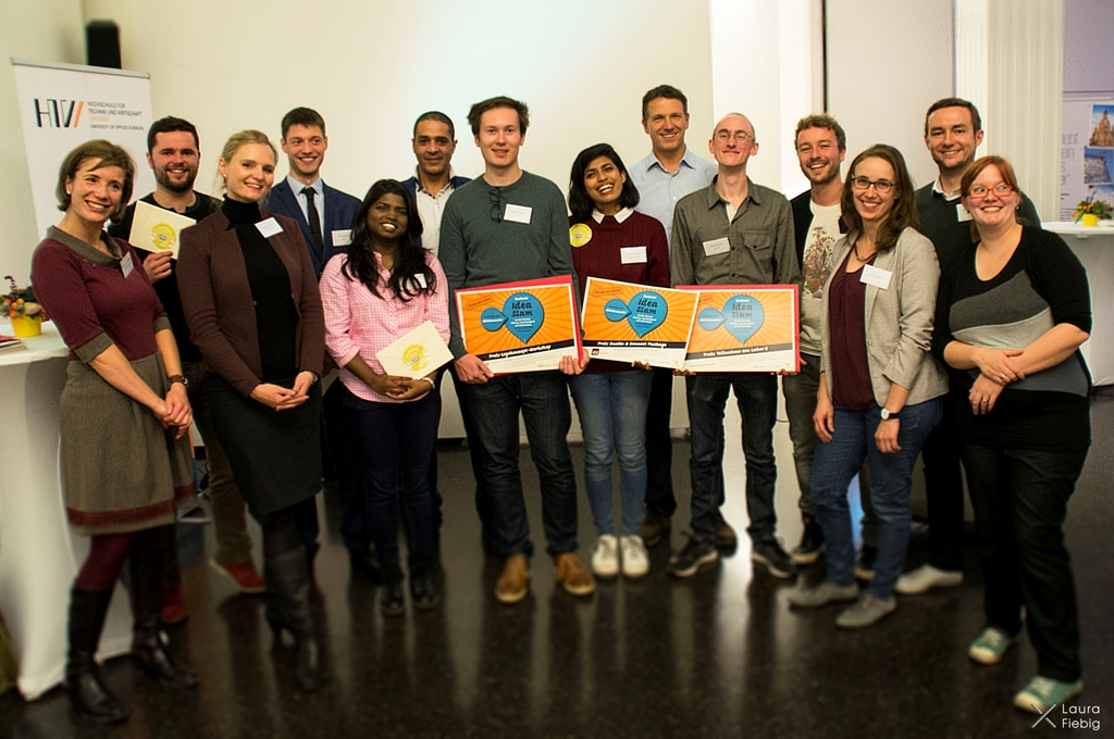 Die Gewinner des Abends mit Jury, dem Team der HTW-Gründungsschmiede und Sponsoren Foto: Laura Fiebig
