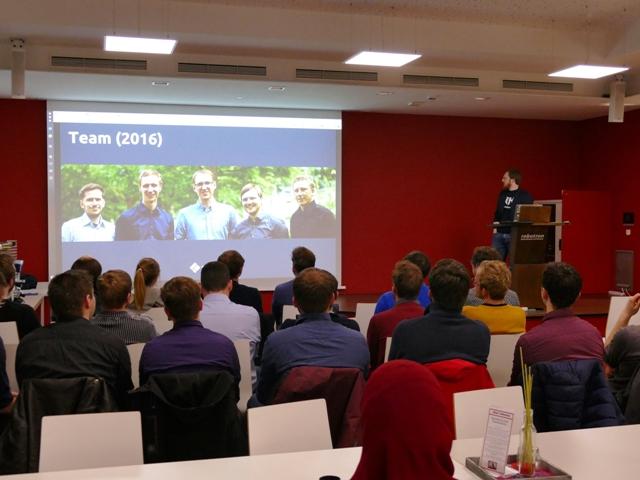 Ilja Bauer, Co-Founder von EntwicklerHeld, spricht über ihre Plattform. (Foto: dresden|exists)
