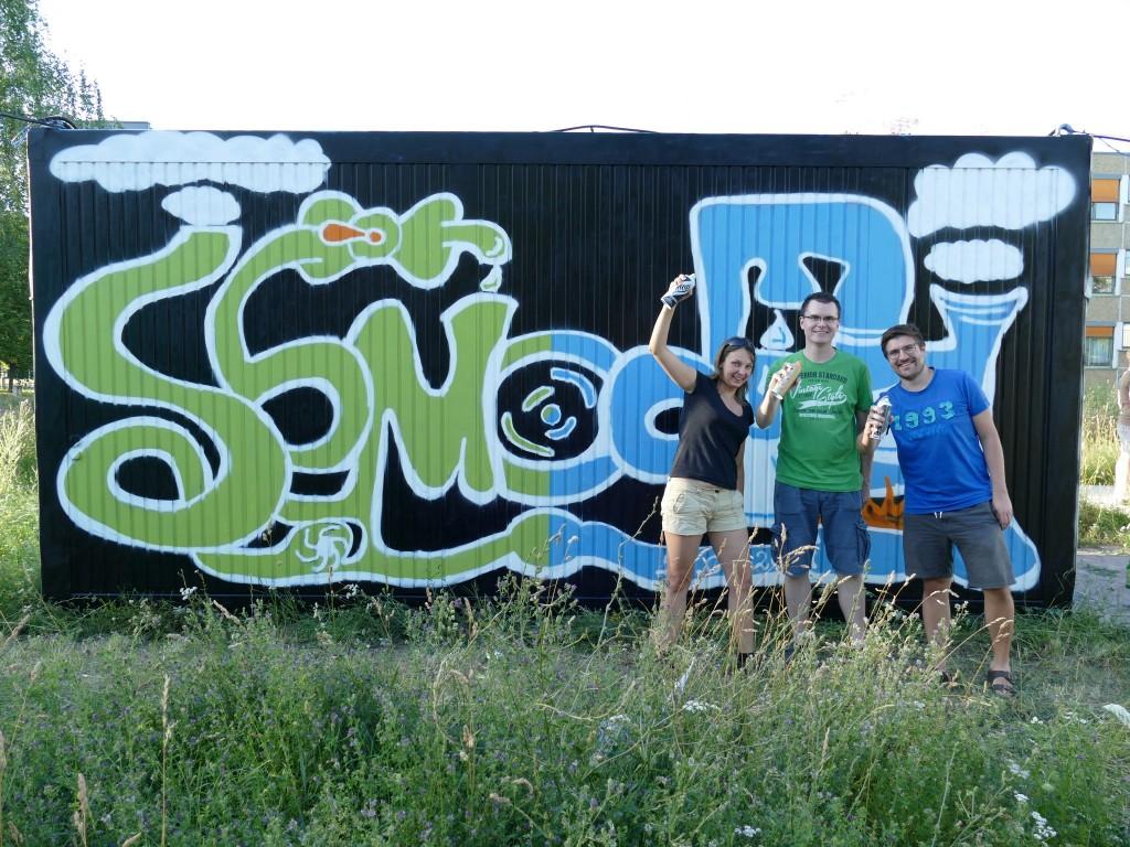 Das Semodia-Team voller Stolz vorm ersten Graffiti