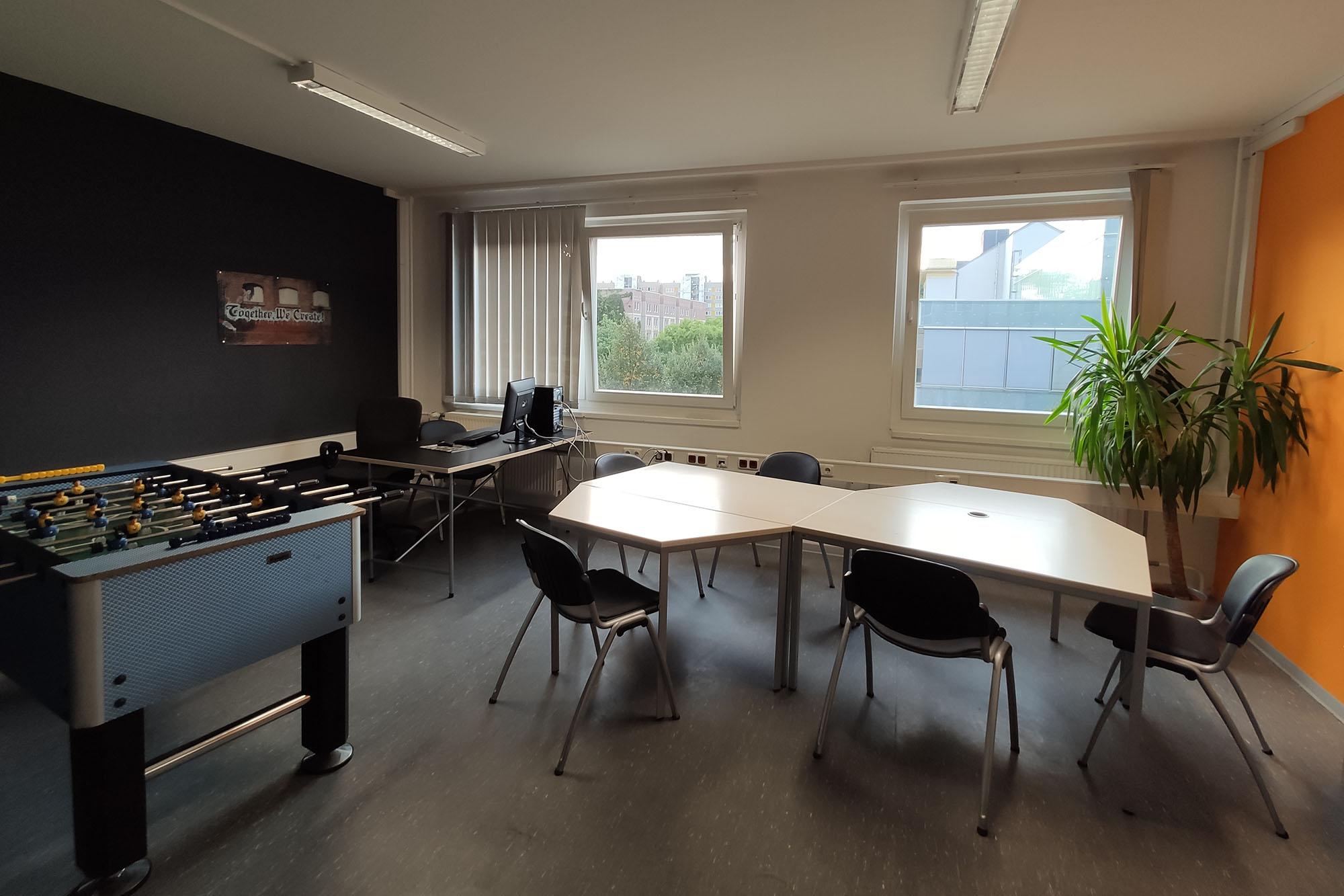 Schreibtische im Co-Working Bereich