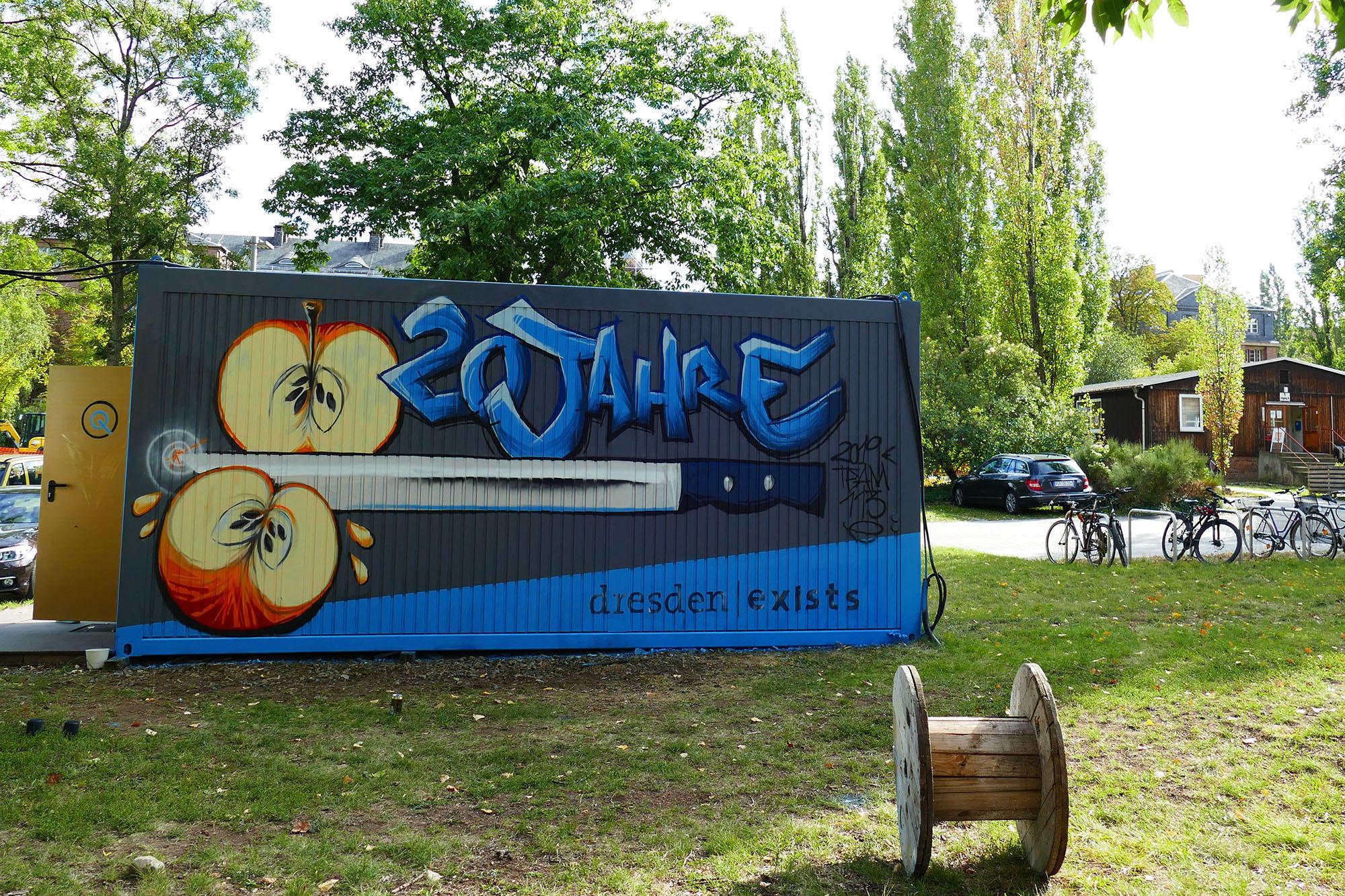 ein Baucontainer mit Grafitti 20 jahre dresden exists