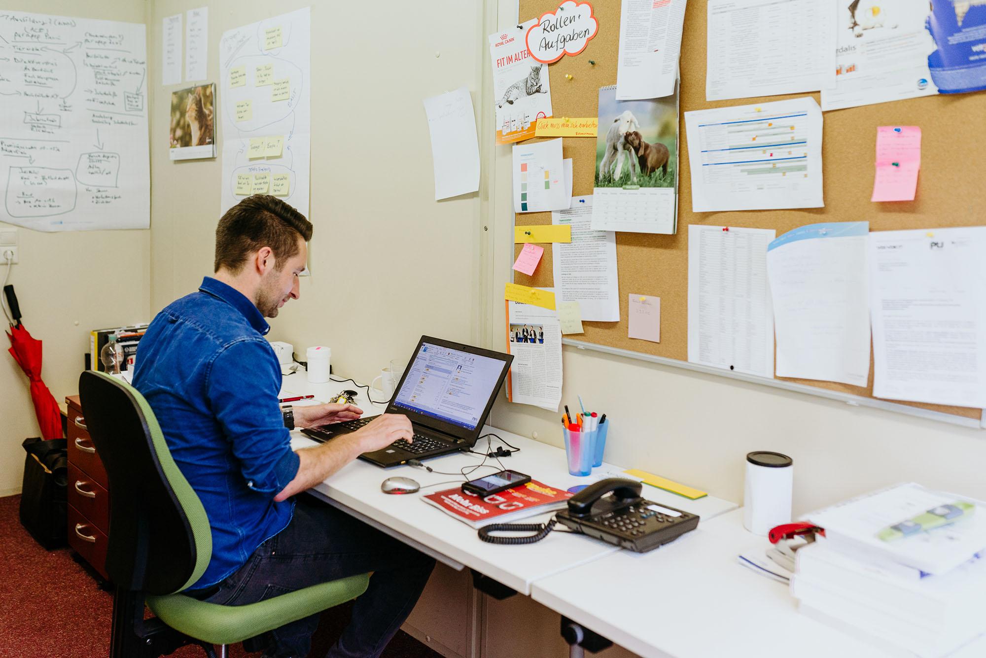 Gründer am Arbeitsplatz im Startup Cube