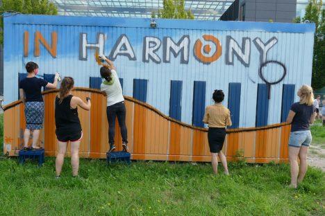 fünf Frauen übersprühen ein Graffiti