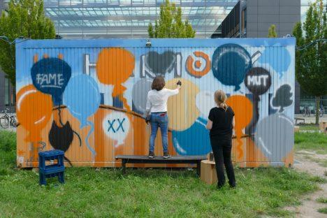 Zwei Frauen beim Graffiti